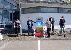 EWF erweitert Ladenetz für Elektrofahrer: E-Tankstelle auch in Haina